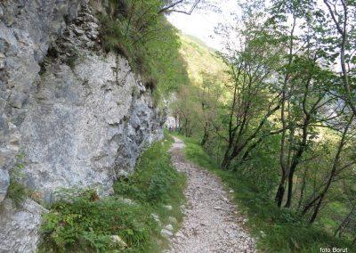 034 vračamo se v dolino k trdnjavi Kluže, 10.47