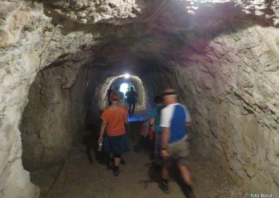 037 vračamo se v dolino k trdnjavi Kluže, 11.00