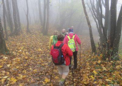 48 sestopali smo po blatu, listju in znova skozi oblak, 14.52